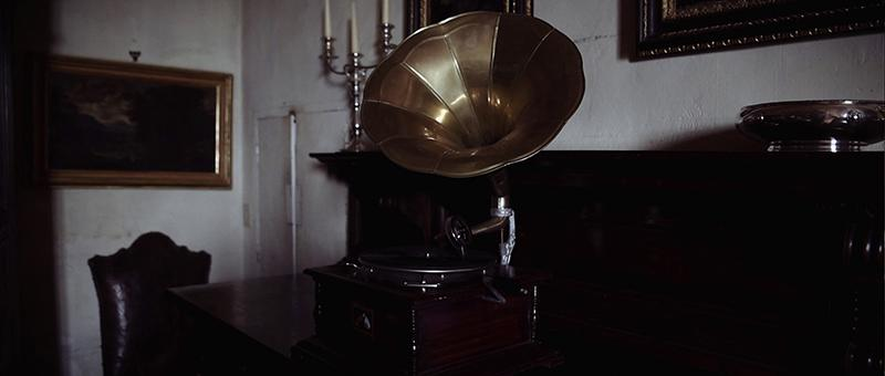 Frame picturing a gramophone