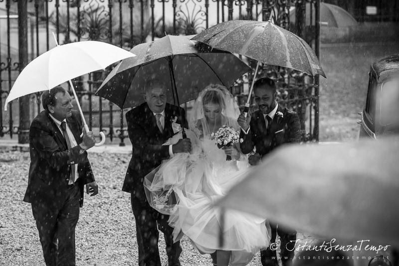 A bride under the rain at the entrance of the Jewish Tempio Maggiore in Rome
